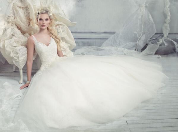 nifika-2013_alvina-valenta-bridal-tulle-ball-gown-lace-bodice-v-neck-layered-skirt-sweep-train-9301_zm