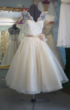 65a8a454131 10+1 Κοντά νυφικά για μια κομψή νύφη