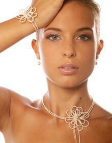 nifi kosmima necklace gamos 220x280 - 3 tips για να  διαλέξετε το τέλειο σετ νυφικών κοσμημάτων