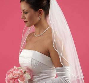 peplo gamos 300x280 - Πέπλο στο γάμο : παράδοση ή στύλ