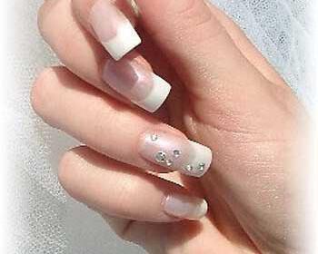 ring wedding nails 350x280 - Ιδέες για εντυπωσιακό νυφικό μανικιούρ