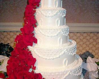 tourta gamou triantafylla 350x280 - Κόκκινα τριαντάφυλλα για στολισμό γάμου και νυφική ανθοδέσμη