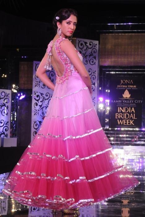 Model in Jyostna Tiwari - Ινδικά νυφικά για ξεχωριστές νύφες