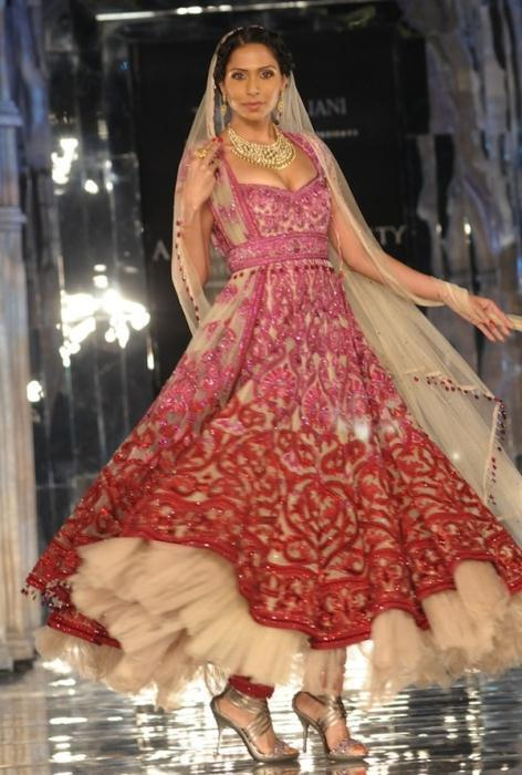 Model in Tarun Tahiliani2 - Ινδικά νυφικά για ξεχωριστές νύφες