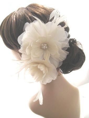 big feather flower - Νυφικά χτενίσματα με λουλούδια στα μαλλιά