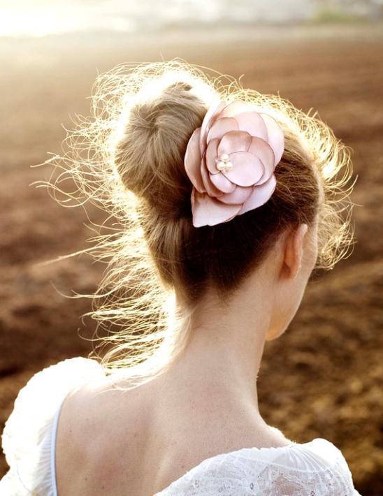 Νυφικά χτενίσματα με λουλούδια στα μαλλιά