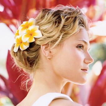 wedding flowers for hair 9 - Νυφικά χτενίσματα με λουλούδια στα μαλλιά