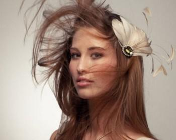 champagne wedding hair accessory bridal fascinator feathers  full carousel 350x280 - Εντυπωσιακά αξεσουάρ για τα μαλλιά της νύφης που θα μαγνητίσουν τα βλέμματα!