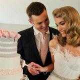 feather adorned wedding dress neckline  full carousel 160x160 - Φτερά και Πούπουλα…δώστε στο γάμο σας άλλο «αέρα»!