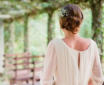 romantika nifika xtenismata 132 340x280 - Ρομαντικά νυφικά χτενίσματα 14 στυλ για νύφες που αγαπούν τα σπαστά μαλλιά