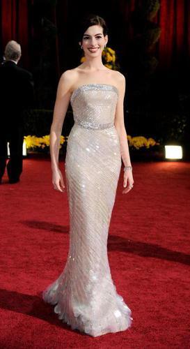 Anne Hathaway gamos nifiko